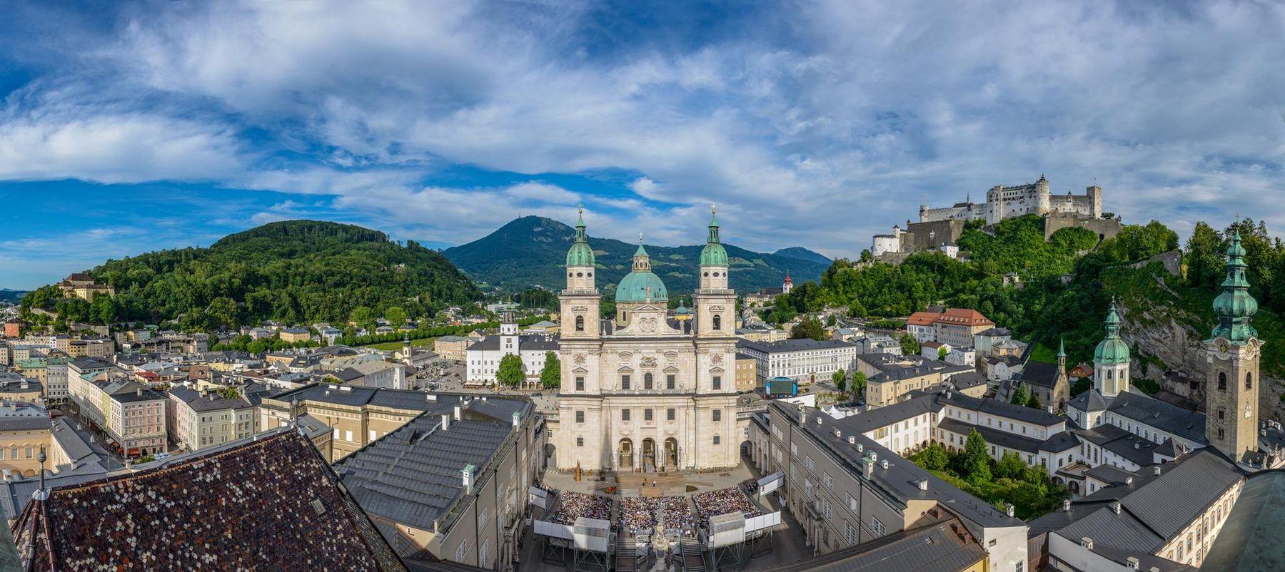 Tourismus Salzburg Foto Breitegger Gunter Festpsiele Domplatz