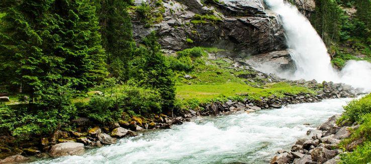 Die Krimmler Wasserfälle sind mit einer gesamten Fallhöhe von 385 m die höchsten Wasserfälle Österreichs. Sie liegen am Rand des Ortes Krimml (Salzburg), im Nationalpark Hohe Tauern nahe der Grenze zu Italien. Gebildet werden sie durch die Krimmler Ache, die am Ende des hoch gelegenen Krimmler Achentals in drei Fallstufen hinunterstürzt. Der Fluss fließt dann in die Salzach, die den Pinzgau entlang weiter Richtung Salzburg und zur Mündung in den Inn fließt.